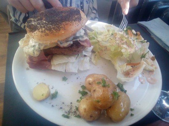 Aime, France: Burger pomme-roquefort, pommes de terre natures, salade..