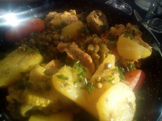 Aime, France: saveur du monde: poulet articuad, p de terre, petits pois carottes, sauce dont je ne me souviens