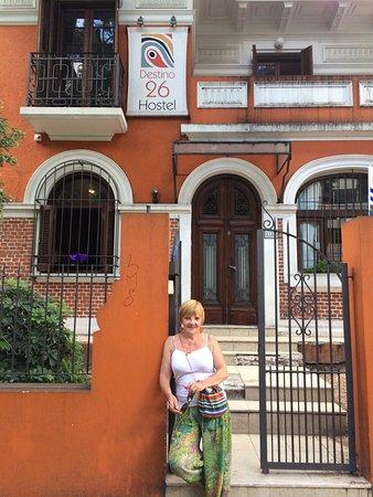 Destino26 Hostel: VISTA DE LA ENTRADA