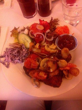 Bradford-on-Avon, UK: Welsh Rarebit con tomates, champiñones y cebolla (lo mejor el chutney)
