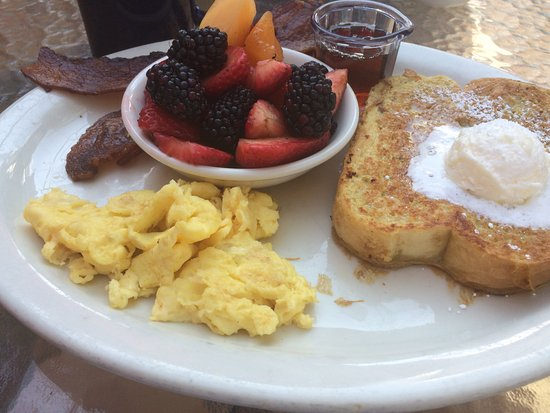 Shell Beach, Californie : French toast, fresh fruit & eggs