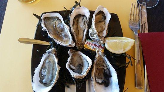 Le Thiers: 6 huîtres avec morceaux de coquille et son quart de citron.