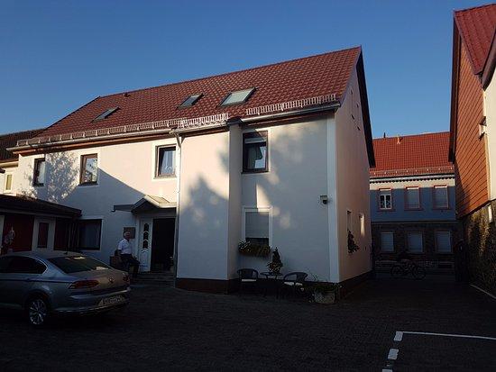 Hanau, Deutschland: Haus mit den Zimmern, rechts die Einfahrt