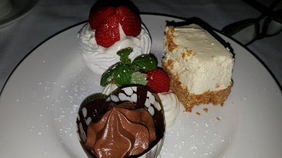 Glenbeigh, Irlanda: Trio of Desserts (delicious!)