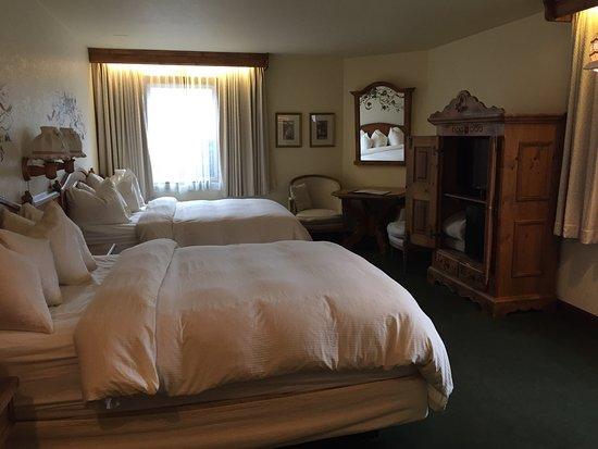 ‪‪Enzian Inn‬: Room 106, 2 queen bed rom.‬