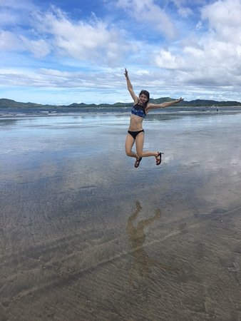 Hotel Capitan Suizo: My happy 16 year old jumping for joy in front of Capital Suizo on the beach when the tide was ou