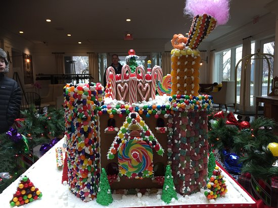 Hanover Inn Dartmouth: Amazing holiday gingerbread display in the lobby