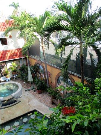 Loro de Oro Inn: The courtyard