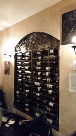 Mataelpino, España: vinoteca en las paredes