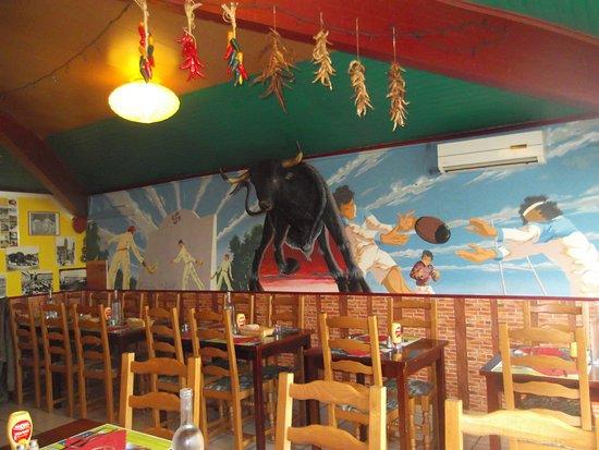 Portet-sur-Garonne, France: Salle du restaurant très très colorée.