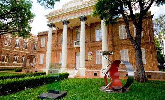 Piracicaba, SP: Vista da fachada do Centro Cultural Martha Watts implantado em um grande espaço verde.