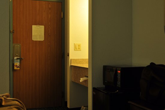 Canastota, État de New York : door to the room, bathroom sink, microwave and refrigerator .
