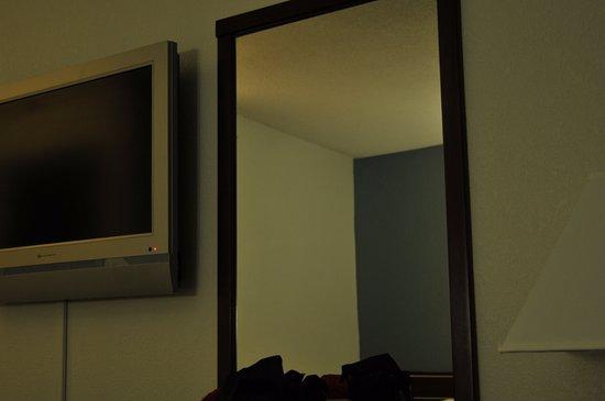 Canastota, NY: television, lamp , mirror