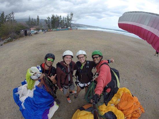 Saint-Leu, Reunion Island: Merci à Sébastien et Morgan pour notre baptême de parapente ! Un pur bonheur !