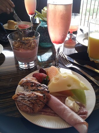 ... Resort: Breakfast club level lounge - welcome drink - Red Monorail