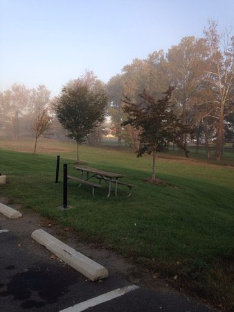 Hampton Inn Warrenton: Great picnic area