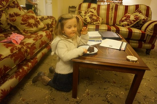 Heaton's Guesthouse: chocolate cake in the lobby