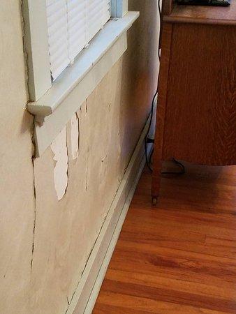 Hermann, MO : Walls cracking wall paper peeling