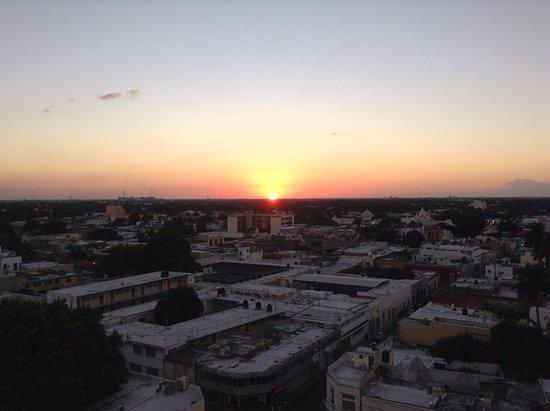 Gamma de Fiesta Inn Merida El Castellano: Sunset from the Balcony