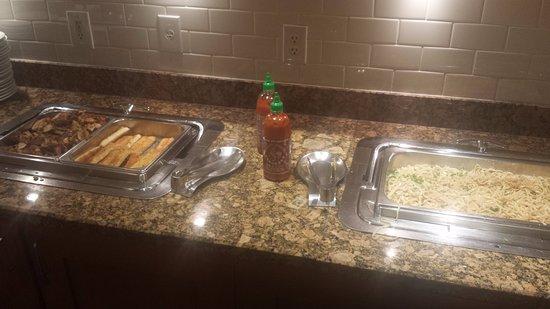 Brisbane, Kaliforniya: noodles, breadsticks and chicken in evening reception