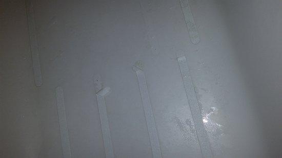 Bernalillo, Нью-Мексико: Peeling non-skid strips