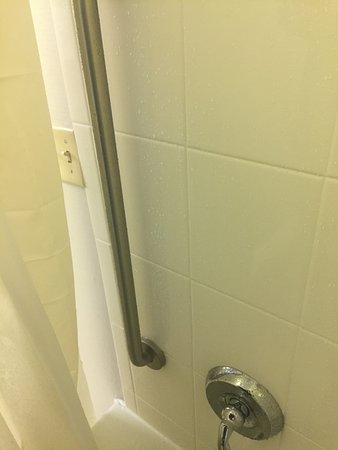SpringHill Suites Virginia Beach Oceanfront: electrical switch too close for comfort