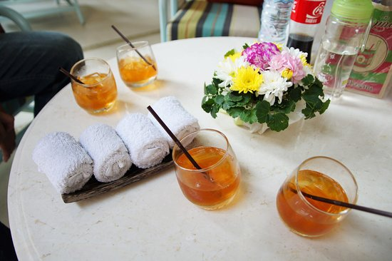 Rest Detail Hotel Hua Hin: check in 的時候服務人送上的冰茶跟冰毛巾,都有淡淡的香氛味!!杯子的造型也超特別的!!