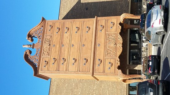 World's Largest Chest of Drawers: 1300 foot high front entrance at Furnitureland South