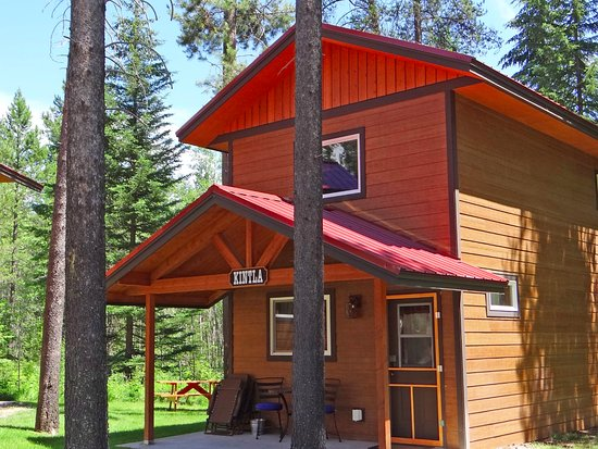 Hungry Horse, MT: Lofted Cabins sit in quiet serenity against Flathead National Forest.