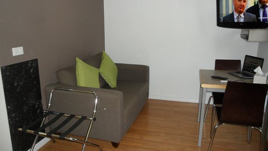 Attwood, Australia: Lounge with table for 2 and TV/DVD - luggage rack