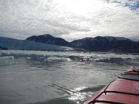 Longyearbyen, Norveç: Basecamp explorer. Adventure week. Kayaking in front of Nordenskiöld glacier.