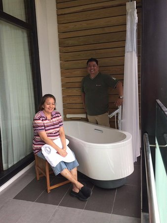 Clark Freeport Zone, Filipiny: bath tub outside on the veranda overlooking a great view of the mountains.