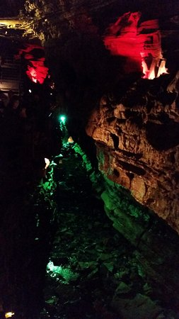 Howes Cave, นิวยอร์ก: Howe Caverns: colorful lightning