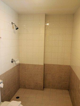 Garden Phuket Hotel: Нет стеклянной перегородки межлу душем и туалетом