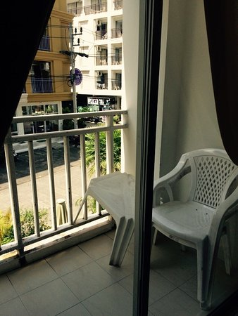 Garden Phuket Hotel: Вид на тихую улицу