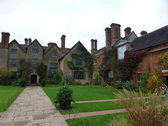 Lapworth, UK: Packwood - inside its walled drive