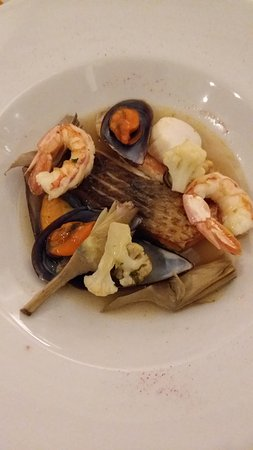Capannori, Italy: Filetto di orata con gamberi,cozze,triglia e verdure di stagione