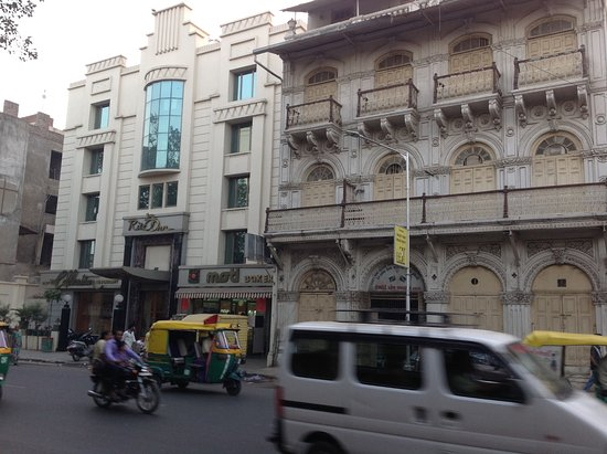 Hotel Ritz Inn: Le Ritz Iin à côté d´un des jamatkhanas d'Ahmedabad qui date de 1917