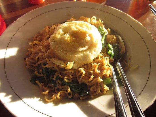 Saumlaki, Indonesien: Heerlijk diner, bami goreng dengan telor goreng
