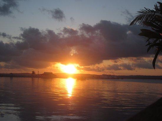 Saumlaki, Indonesien: Lees uitzicht vanaf eetgedeelte buiten, mooie ondergaande zon