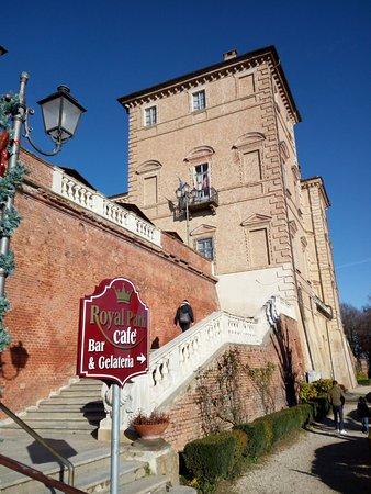 Govone, Itália: la salita al castello