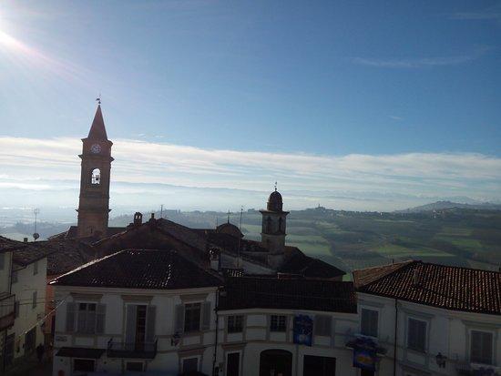 Govone, Italia: il panorama che si vede dalla spianata del castello