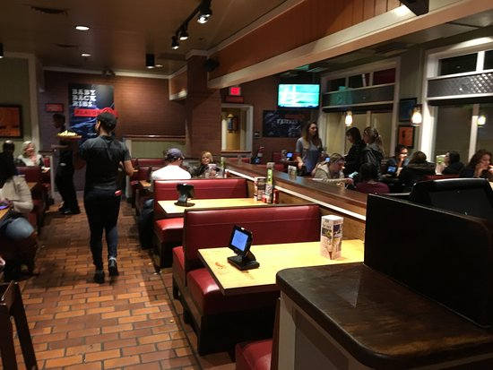 Chili's Grill & Bar: Chili's - dining room
