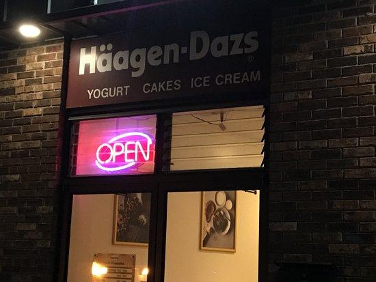 Livingston, NJ: Haagen Daaz - rear entrance
