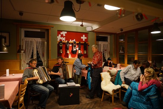Alpenrose Hotel and Gardens: Local Swiss entertainment