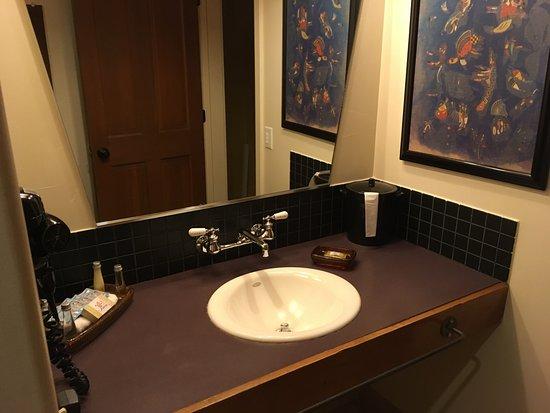 The Gonzo Inn: Clean bathroom