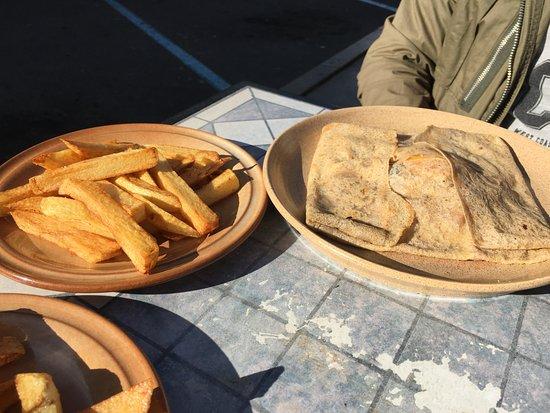 Meze, France: Galettes repas à base de produits frais et frites maison
