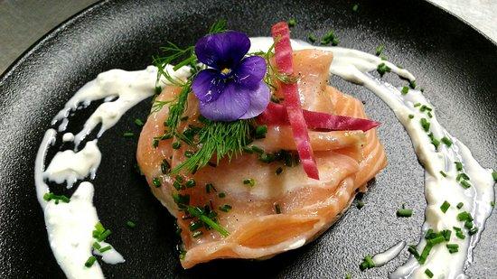 Saint-Cloud, France : Lasagnes de saumon cru et artichauts, crème de ciboulette