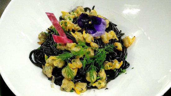 Saint-Cloud, France : Spaghetti à l'encre et coques safranées