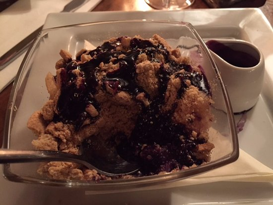 Attleborough, UK: Pear Crumble & rapberry coulis - divine!